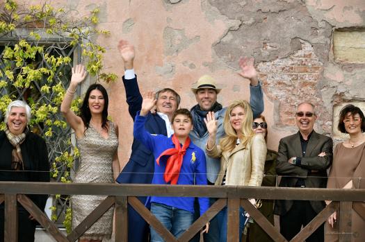Da sinistra: l'Assessore Paola Mar, Lorenza Lain direttrice di Ca' Sagredo Hotel, il Sindaco di Venezia Luigi Brugnaro, Lorenzo Quinn con la famiglia, Fulvio Caputo di C and C, Luisa Flora di Officina delle Zattere